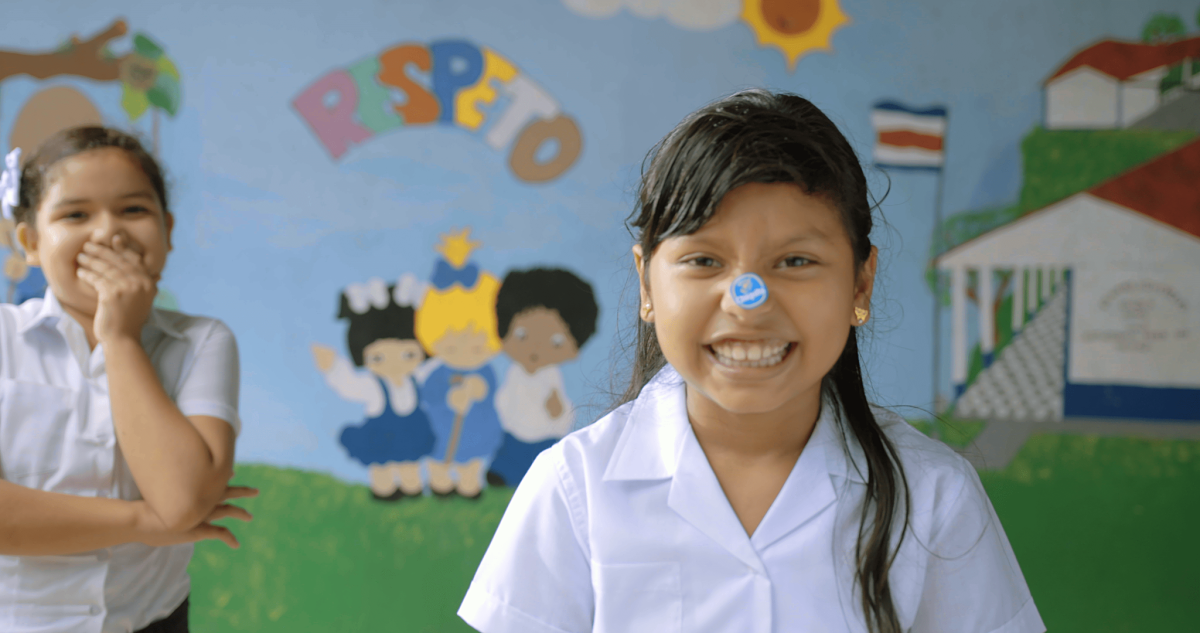 Chiquita - Behind the blue sticker - placing sticker 01- still 4096x2160-min_opt